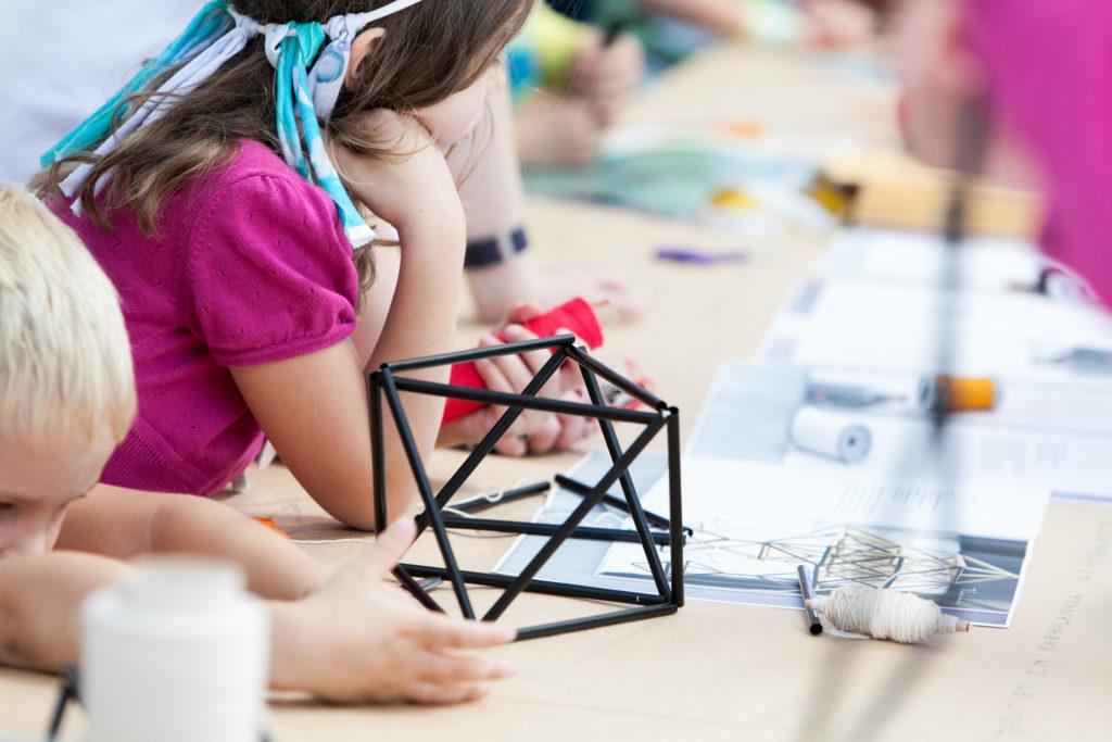Lapsia Helsinki Design Weekin työpajassa. Kuva: Aino Huovio