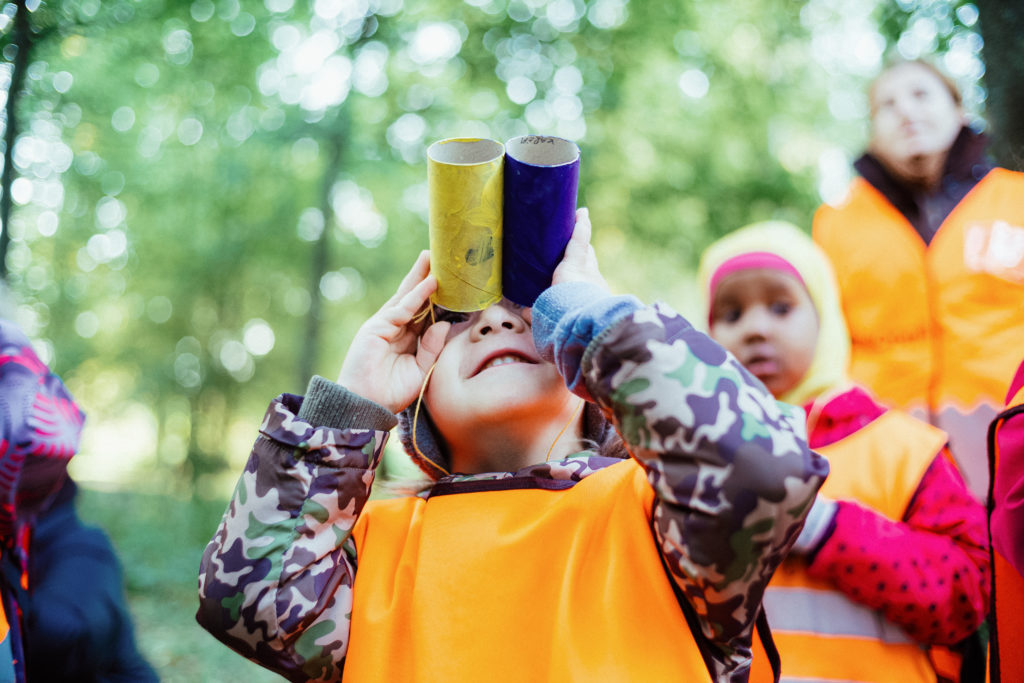 Lapset katsovat pahvikiikareilla. Kuva: Jussi Hellsten