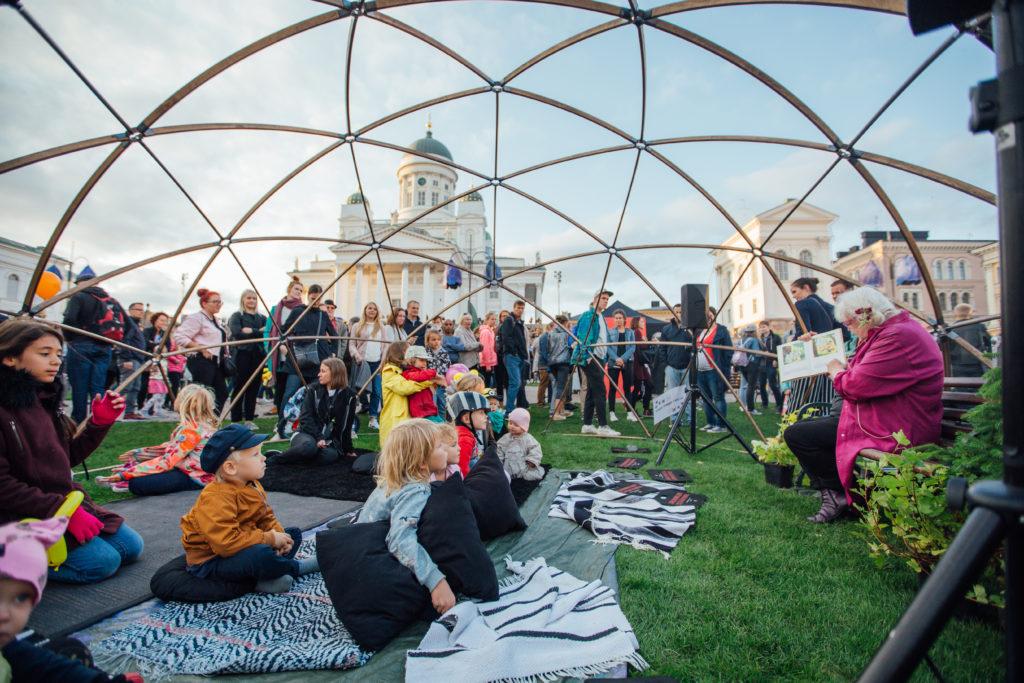 Lapsia Taiteiden yön tapahtumassa Helsingin Senaatintorilla. Kuva: Julia Kivelä